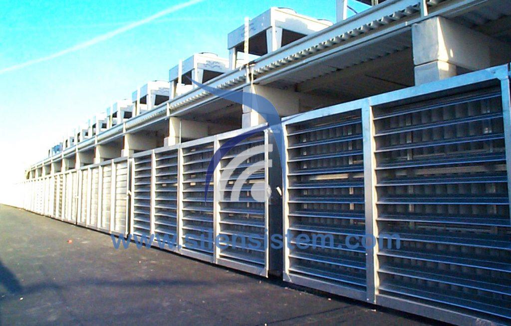 Silenciadores de ventilación en fila en una empresa. El silenciador rectangular de ventilación