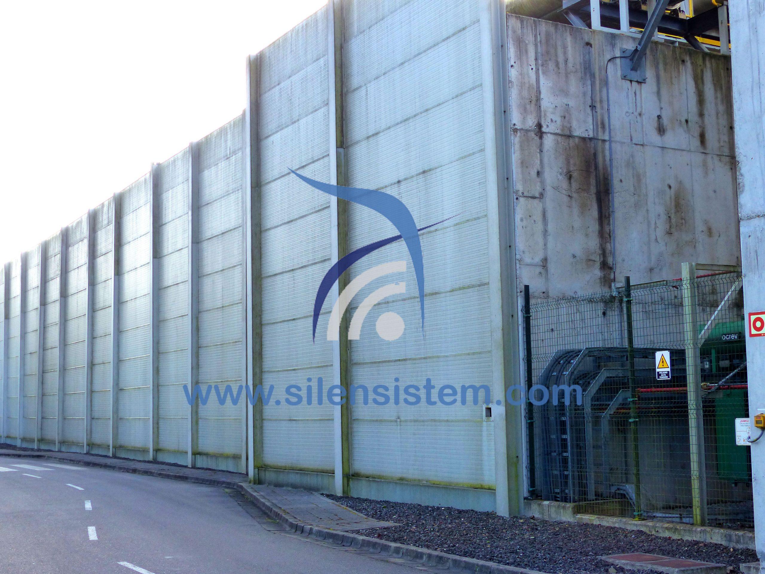 Ejemplo de como insonorizar una pared mediante paneles insonorizantes y espuma insonorizante. Apantallamiento acústico de una fabrica mediante un cerramiento acústico industrial.