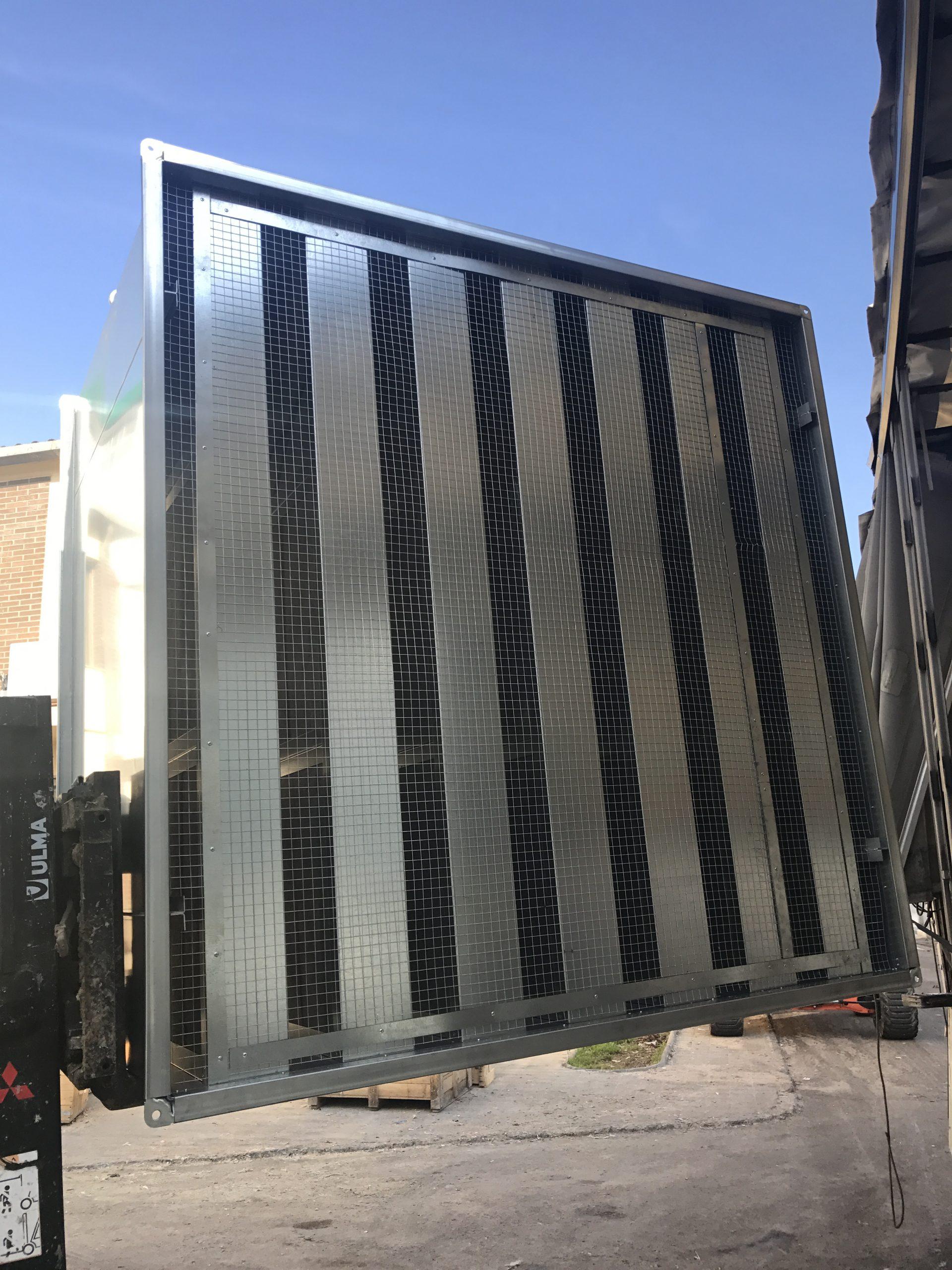 Silenciador de ventilación rectangular con malla a la entrada. Silenciador acústico de ventilación de colisas paralelas. Silenciador de paneles paralelos