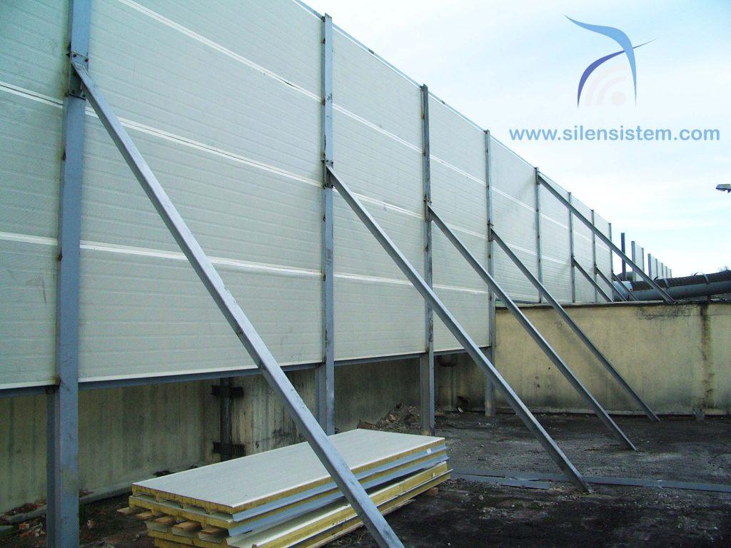 Tipos de Barreras acústicas metalica. Vista desde la parte trasera pudiendo observar el sistema de montaje de estructura y panel acústico